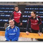 Los de Nava, juntos en el entrenamiento. Álvaro Senovilla ríe mientras Darío Ajo y Miguel Ángel Velasco estiran.