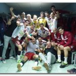 La imagen que fue portada hoy en Diario La Rioja: los jugadores celebran el triunfo en el vestuario: Foto: Martín Schmitt