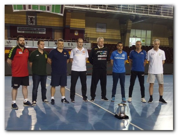 Los ocho entrenadores posan con la Copa del Rey. Foto: M. S.
