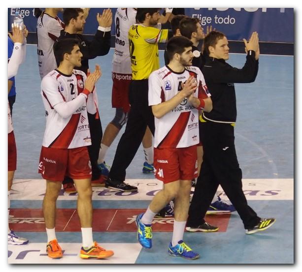 Miguel Sánchez-Migallón e Imanol Garciandia saludan después de un partido ante el Sinfín. Foto: D. Pedriza