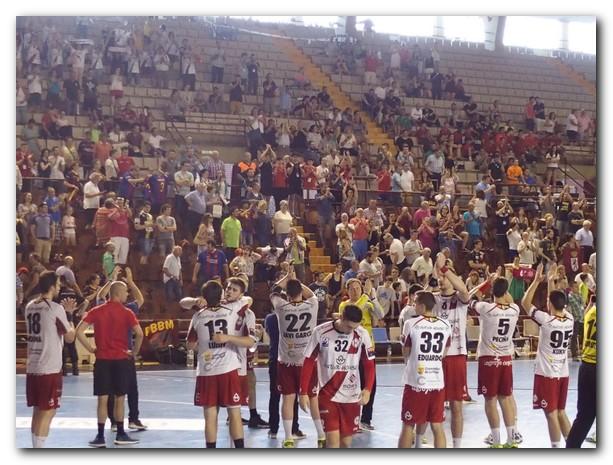 Los jugadores franjivino saludan a su afición tras ser supcamepón de Copa. Foto: M. S.