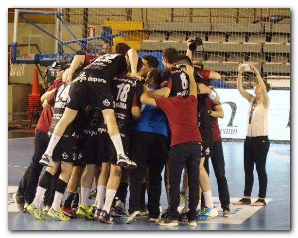 Los jugadores franjivino forman una piña para celebrar el triunfo ante Anaitasuna. Foto: M. S.