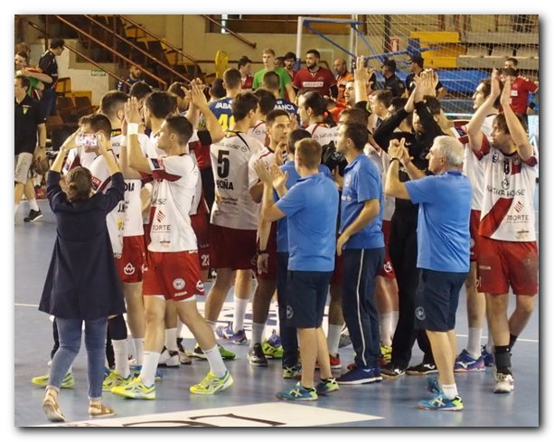 Los jugadores del Naturhouse saludan al público tras la victoria. Foto: M. S.
