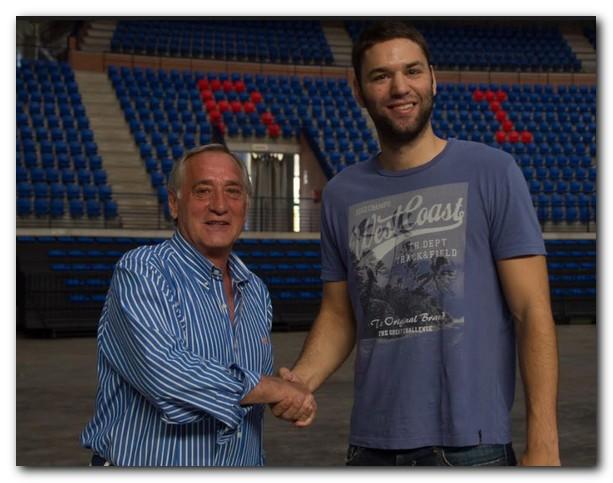 Ángel Rituerto y Pablo Paredes se estrechan la mano en el Palacio de los Deportes. Foto: Justo Rodríguez