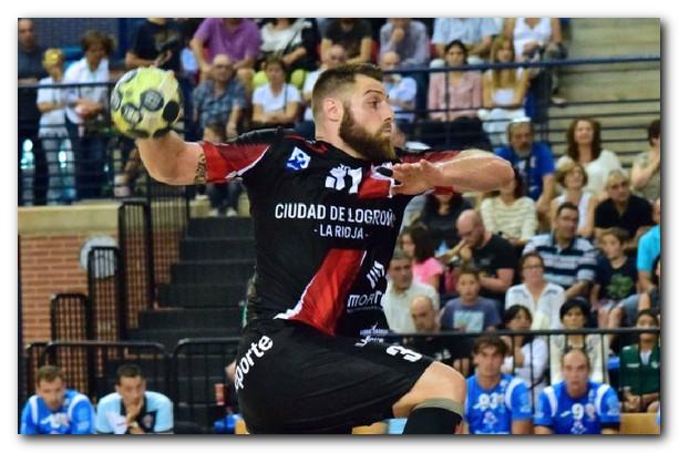 Juan del Arco se eleva para lanzar.