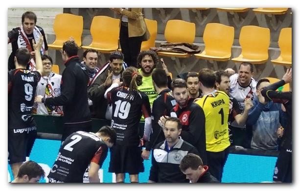Jugadores y afición se saludan. Foto: M. S.