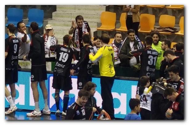 Otra imagen de los aficionados felicitando a los jugadores. Foto: M. S.