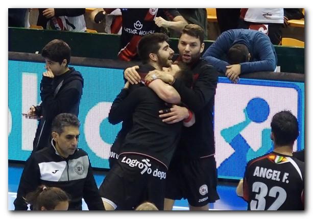Paredes, Imanol y Javi Muñoz se funden en un abrazo. Foto: M. S.
