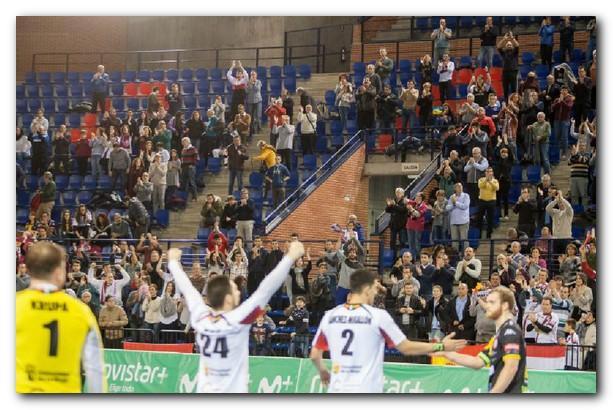 El Palacio de los Deportes aplaude al Ciudad de Logroño después de la victoria. Foto: Díaz Uriel