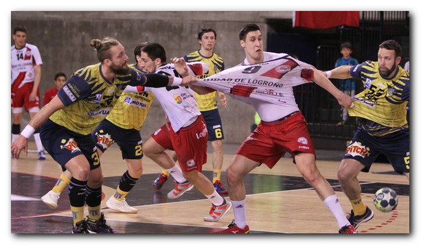 Kusan se pelea con Popovic en la línea de seis metros. Foto: Fernando Díaz