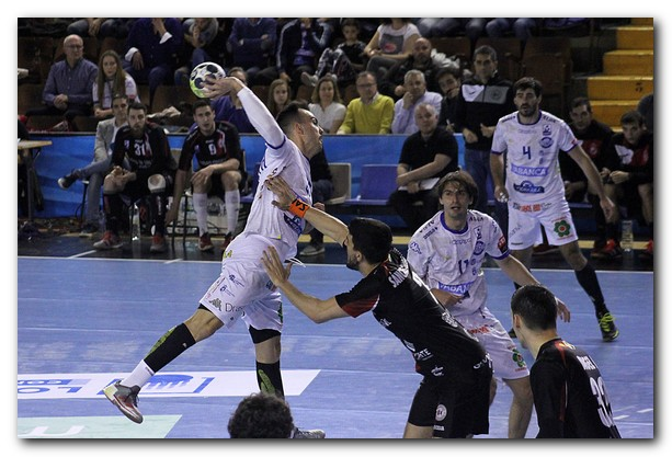 Costoya se eleva para lanzar ante Miguel Sánchez-Migallón. Foto: Peio García
