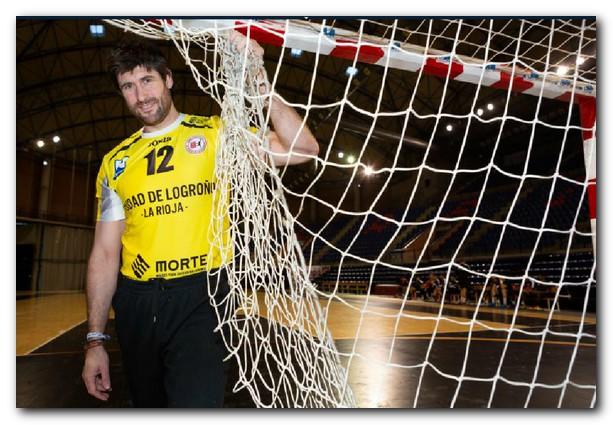 Gurutz levanta la red para marcharse del balonmano. Foto: Sonia Tercero