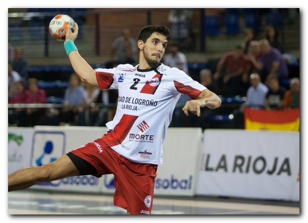Miguel Sánchez-Migallón lanza un penalti con la camiseta del Ciudad de Logroño. Foto: Díaz Uriel