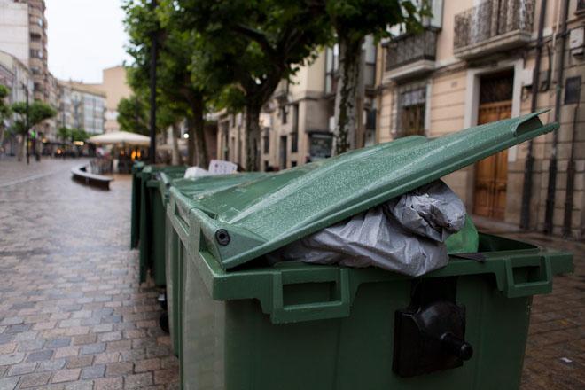 Calle Breton de los Herreros Logrono Zona de terrazas con gente, contenedores, detalle de los alcorques... 17 junio 2016 Sonia Tercero