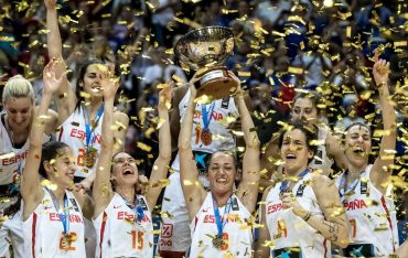 Prague (Czech Republic), 25/06/2017.- Players of Spain celebrate after winning the final match between Spain and France during medal ceremony at the EuroBasket Women 2017 in Prague, Czech Republic, 25 June 2017. (España, República Checa, Baloncesto, Praga, Francia) EFE/EPA/MARTIN DIVISEK