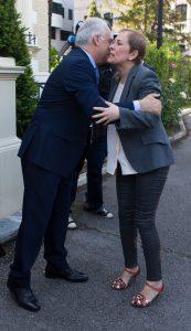 José Ignacio Ceniceros saluda a Uxue Barkos, durante una reunión en Logroño. Foto de  Sonia Tercero