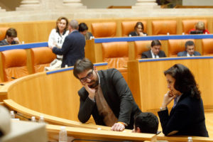 Diego Ubis y Concha Andreu, el día 15 de marzo, en el pleno del Parlamento. Foto de Justo Rodríguez