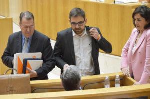 Diego Ubis y Concha Andreu, con Tomás Martínez y Francisco Ocón, durante el pleno del jueves en el Parlamento