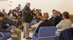 Antonio Quirce, durante la asamblea del pasado miércoles, dirigiéndose a los miembros de la mesa. Foto de Justo Rodríguez