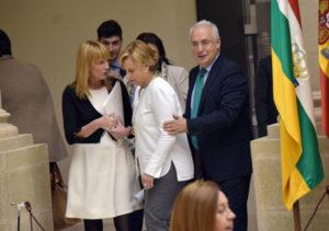 Leonor González Menorca, entre Ana Lourdes González y José Ignacio Ceniceros, en el Parlamento el 2 de mayo. Foto de Miguel Herreros
