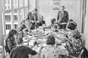 Álvaro Lapuerta, con afiliados de Alianza Popular, en los años 70 en Logroño. Foto Teo (Archivo Casa de la Imagen)