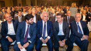 José Ignacio Ceniceros, junto a Núñez Feijoo, durante la reunión del PP donde Rajoy anunció su renuncia. Foto facilitada por el PP