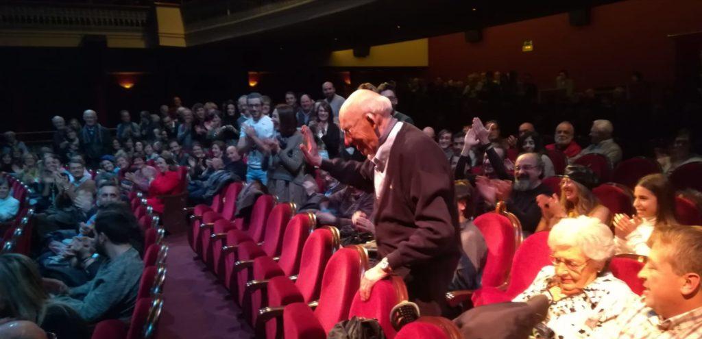 Teo, recibiendo una ovación del público asistentes a la proyección del documental sobre su vida, en el Bretón de Logroño