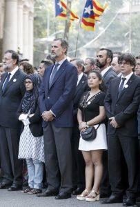 """GRA267. BARCELONA, 26/08/2017.- El rey Felipe VI, junto a los presidentes del Gobierno, Mariano Rajoy (i), y de la Generalitat, Carles Puigdemont (d), en la cabecera de la manifestación contra los atentados yihadistas en Cataluña que bajo el eslogan """"No tinc por"""" (No tengo miedo) que recorre hoy las calles de Barcelona. EFE/Andreu Dalmau"""