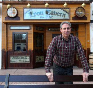 Santi, al frente de su bar. Foto de Juan Marín