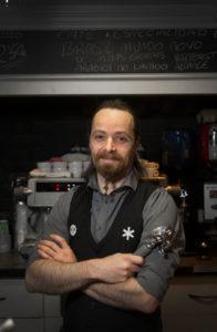 Óscar Solorzáno, en su bar, Asterisco. Foto de Justo Rodríguez