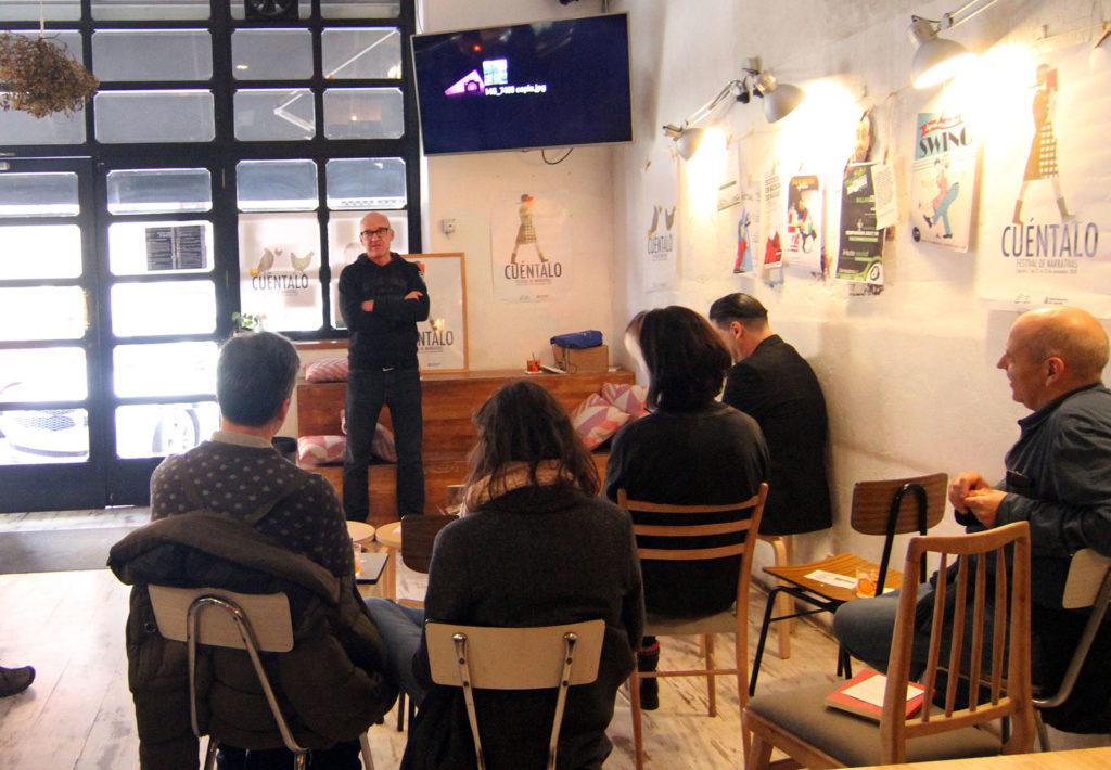 Víctor Coyote, presentando su libro en Barriobar. Foto de Miguel Herreros
