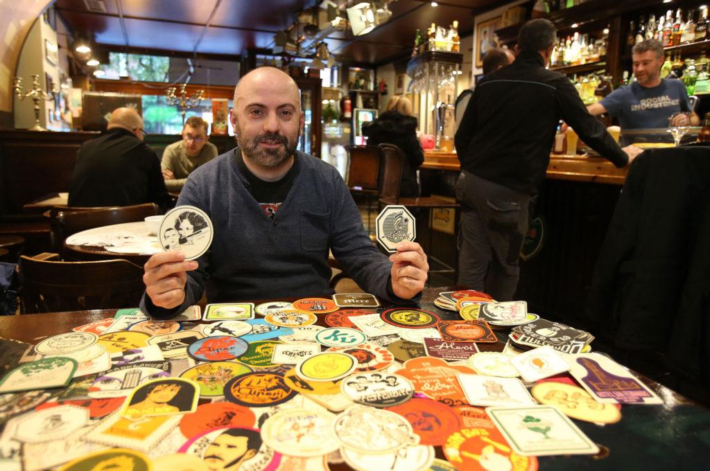 Javier Ochagavía, con parte de sus posavasos, en el bar Lorca de Logroño. Foto de Juan Marín