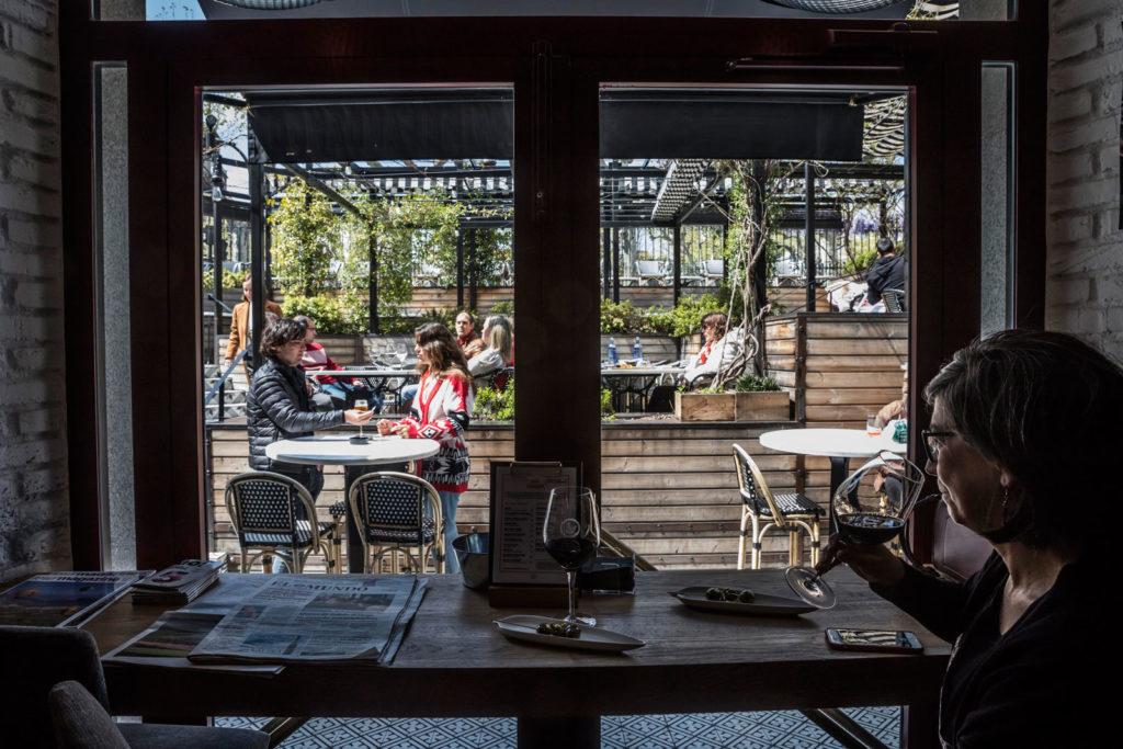 Clientes en el Wine Fandango a la hora del aperitivo. Foto de Justo Rodríguez