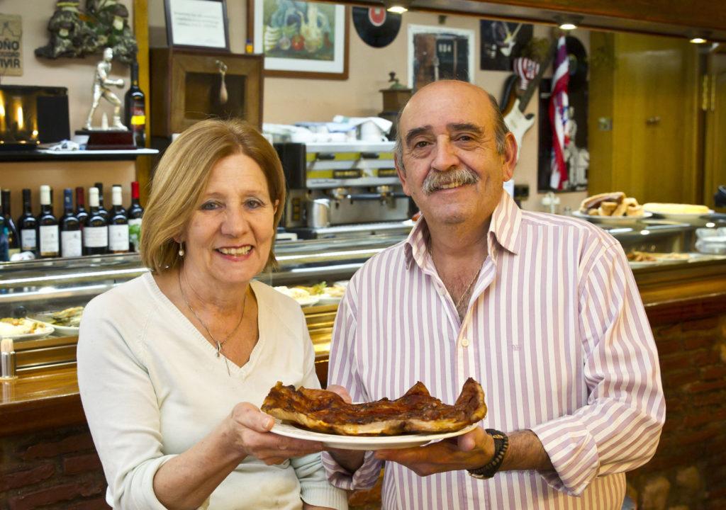 Elena y Alfonso, bandeja de morros en ristre. Foto de Justo Rodríguez