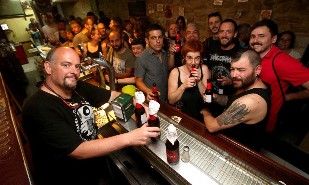 Jesús y sus clientes, durante la fiesta de despedida del jueves. Foto de Juan Marín
