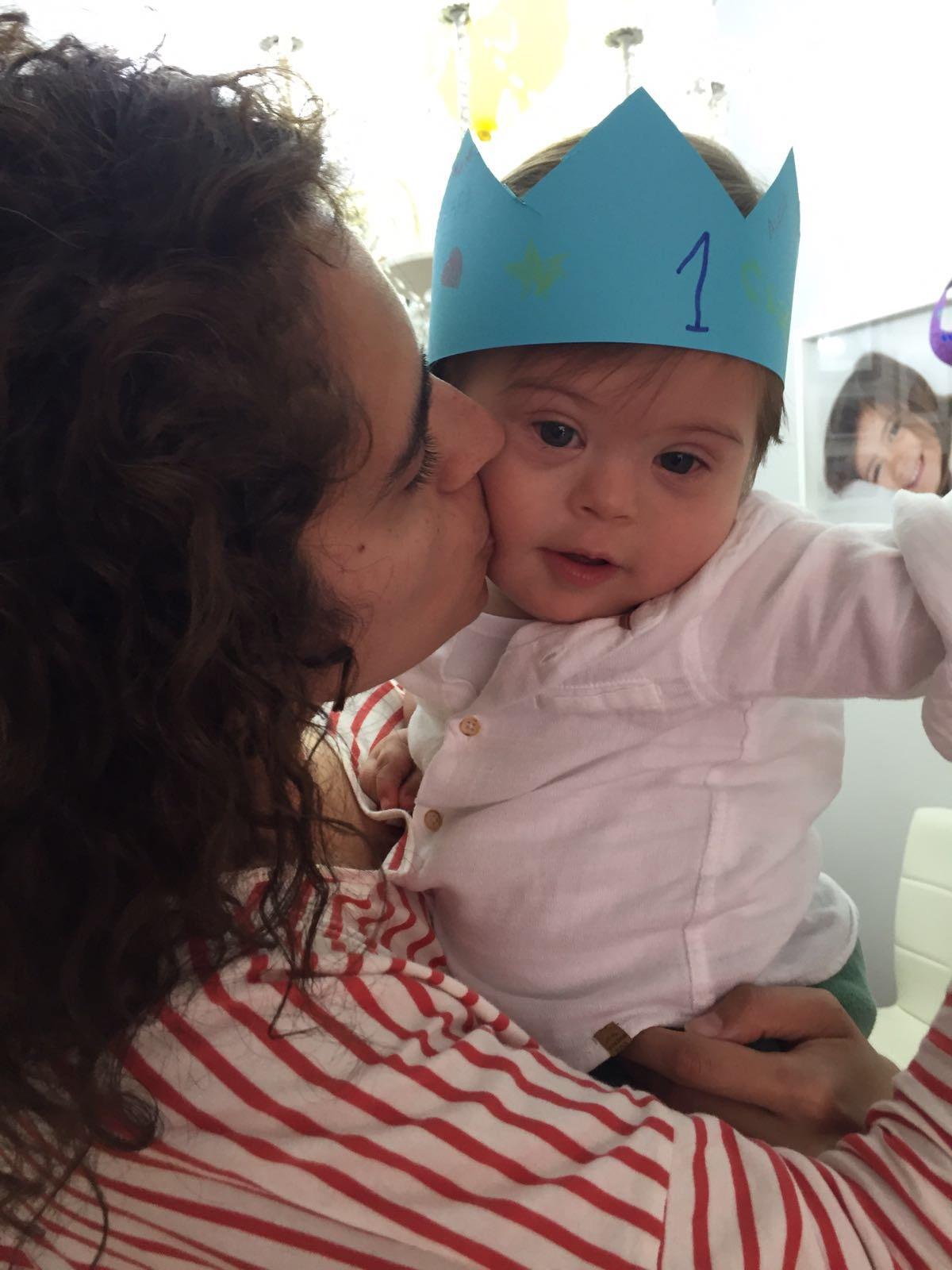 Alejo con la corona hecha por su hermana