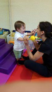 Alejo con su fisioterapeuta y sus progresos