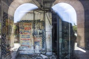 LOGRONO. Muro de la Mata. En el local que ocupaba Textiles Sancarlos aparecen cartles anunciadores de espectaculos en el Teatro Breton. 14.05.2019 Justo Rodriguez