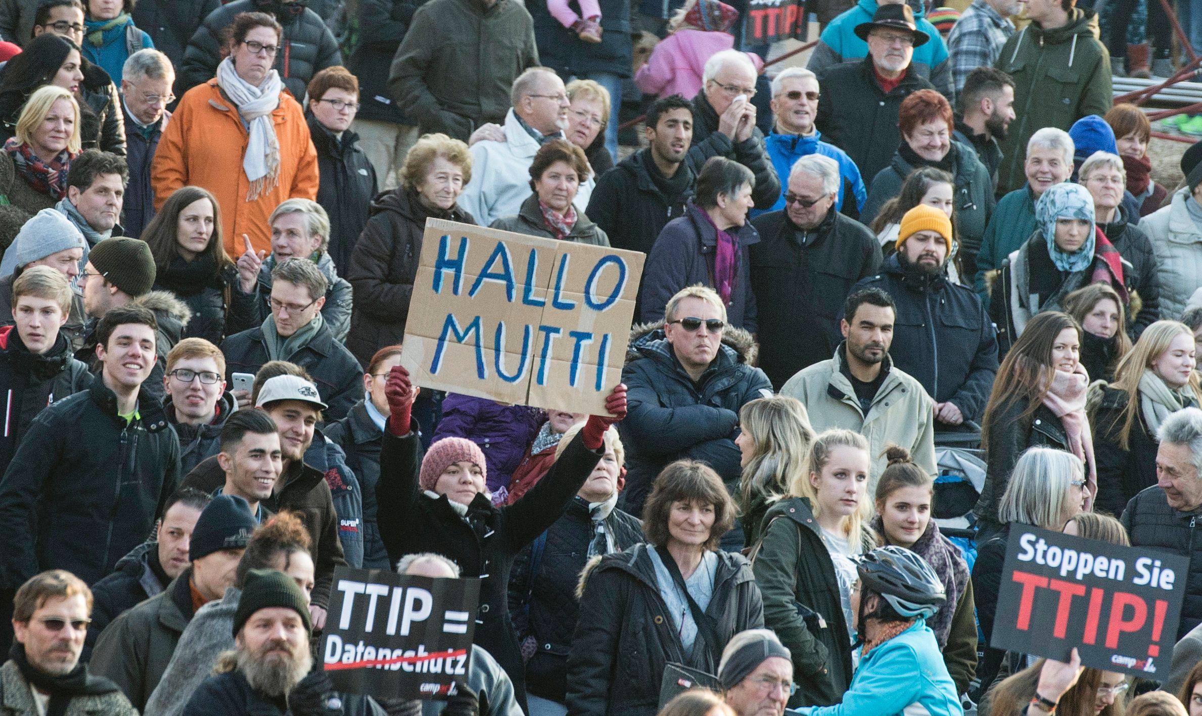 """Una mujer levanta una pancarta con la leyenda """"Hola Mami"""", en referencia al apelativo que sus partidarios dan a Merkel, durante una manifestación en Nuertingen. AFP"""