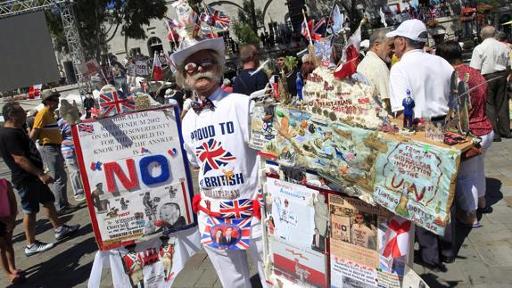 Un partidario de la permanencia del Reino Unido en la UE exhibe su propaganda.EFE