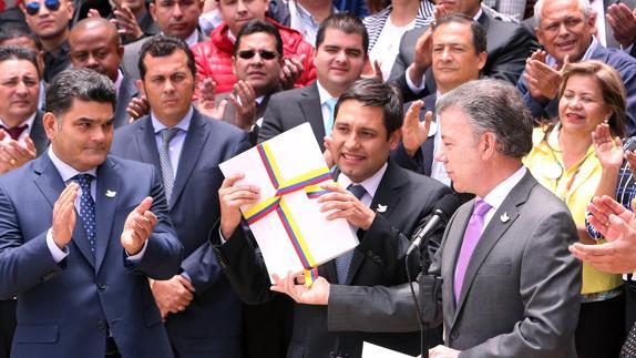 El presidente Juan Manuel Santos entrega al líder del Congreso de Colombia el texto definitivo del acuerdo de paz con las FARC. EFE